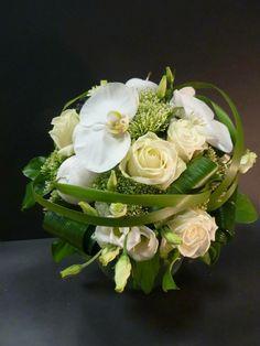Bruidsboeket compact witte rozen&orchidee Christmas Arrangements, Wedding Arrangements, Flower Arrangements, Floral Bouquets, Wedding Bouquets, Wedding Flowers, Calla Lily Flowers, White Flowers, Deco Floral