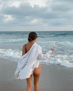 Beach Photography Poses, Beach Poses, Picnic Outfits, Summer Outfits, Summer Poses, Shotting Photo, Bikini Poses, Insta Photo Ideas, Foto Pose