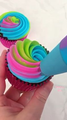 Cupcake Decorating Tips, Cake Decorating Frosting, Cake Decorating Techniques, Cookie Decorating, Rainbow Cupcakes, Easter Cupcakes, Rainbow Desserts, Rainbow Frosting, Rainbow Food