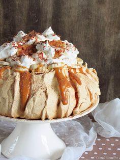 Nadire Atas on Pavlova Desserts Coconut and Vanilla: Pavlova banoffee Beaux Desserts, Just Desserts, Dessert Recipes, Pavlova Cake, Meringue Desserts, Meringue Food, Banoffee Pie, Sweet Recipes, Baking Recipes