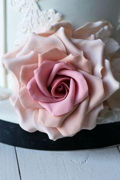 Cómo hacer una rosa paso a paso con pasta de goma