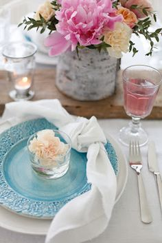Midsummer Tablescape: Fresh flowers, bright colors,with napkins tied in a loose knot./ blogg - by mildred:
