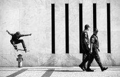 Ronaldo Land concorre com a imagem de um skatista fazendo uma manobra radical próximo a policiais distraídos no Rio de Janeiro (Foto: Ronaldo Land. 2015 Sony World Photography Awards )