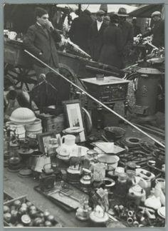 Rommelmarkt op het Waterlooplein in Amsterdam. [1941]. Overzicht over de potjes en prullen.