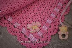 Ho scelto un vivace color rosa fragola per realizzare questa copertina a uncinetto con punto blocchetti e bordo con ventaglietti. Schema e spiegazioni