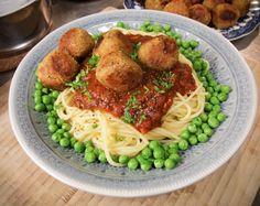 Jag älskar dom här bollarna! Passar till både pasta och ris, går att variera med kryddor, krispig yta – så goda! Blir ca 25 bollar 3 dl okokta röda linser 1,5 dl kikärtsmjöl 1 dl fiberhavregr…