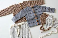 Billedresultat for babystrik gratis Knitted Baby Outfits, Newborn Outfits, Baby Boy Outfits, Knitting For Kids, Baby Knitting Patterns, Baby Patterns, Baby Cardigan, Winter Baby Clothes, Kids Wear