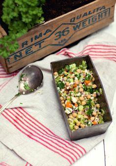 Ensalada de garbanzos, pepino y hierbas frescas: tres veces al día Chicken Salad Recipes, Healthy Salad Recipes, Veggie Recipes, Vegetarian Recipes, Healthy Lunches, Healthy Chicken, Herb Salad, Salad Bar, Healthy Cooking