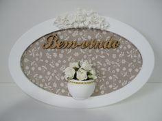 Placa com palavra em mdf bem vindo, fundo em tecido e vasinho com flores em eva R$ 59,00