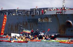 Police remove protesters in traditional canoes at the Newcastle, Australia coal port, October 17, 2014 (REUTERS/DAVID GRAY)