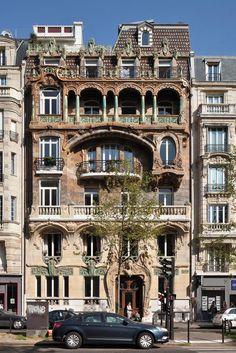 Quand la céramique fait des miracles. Dès 1901, ce remarquable immeuble - dont la construction a débuté en 1899 - a été primé au concours de façades de la ville de Paris. Il est situé en plein 7e arrondissement au 29, avenue Rapp