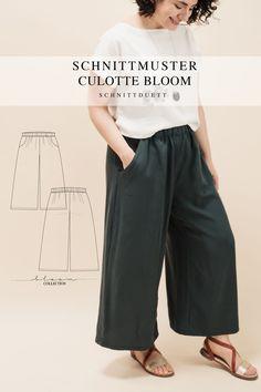Unser Schnittmuster Culotte Bloom ist eine lässig geschnittene High-Waist-Hose mit weiten Beinen und elastischem Bund – modern aber zeitlos. Bequem wie eine gemütliche Hose, elegant und schwungvoll wie ein Rock. Style deine Culotte Bloom lässig und sportlich mit einem engen Shirt oder cropped Top – oder etwas schicker mit einer weißen Bluse und hochgekrempelten Ärmeln. Ob mit Sneakers, Ballerinas oder High Heels, kreiere vielseitige Looks mit deiner neuen selbstgenähten Lieblingshose. Cropped Tops, Diy Kleidung, Rock Style, Dress Making, Tweed, Elegant, Pants, Outfits, Collection