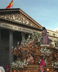 El Cristo de Medinaceli,imagen favorita de la Semana Santa madrileña,a su paso por la Carrera de San Jerónimo,junto al Congreso de los Diputados,en la procesión del Viernes Santo de 1999