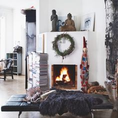 Daily Dream Decor: Eclectic Christmas home Elle Decor, Interior Decorating, Interior Design, Christmas Decorations, Holiday Decor, Fireplace Design, House And Home Magazine, Dream Decor, Christmas Home