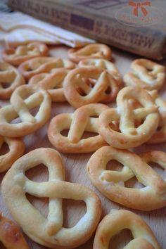 Slané praclíky, výborné k nápojom - Sisters Bakery Onion Rings, Pretzel, Baking Recipes, Macaroni And Cheese, Ale, Bakery, Ethnic Recipes, Desserts, Sisters