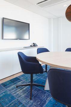 Een kantoorinterieur dat aanlsuit bij de New York style wolkenkrabber waarin Schouten Zekerheid is gevestigd.  #kantoor #interieur #design #styling #office #interior #DZAP #blue #Graypants