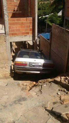 #News  Carro desgovernado invade escadaria no Santana Terezinha em Muriaé, MG