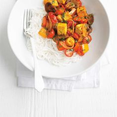 Tofu curry can be served over rice or rice noodles. Curry Recipes, Raw Food Recipes, Wine Recipes, Vegetarian Recipes, Healthy Recipes, Vegan Food, Healthy Food, Yummy Food, Chop Suey
