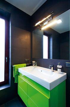 Koupelna je obložena velkoformátovými keramickými obklady a skleněnou mozaikou. Kombinace rozdílných materiálů, formátů i barev je velmi zaj...