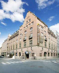 Even though recently renovated and modernized, the Bristol from 1920 still clings on to its old world classic vibe. Hotel Bristol, Oslo, Old World, Norway, Louvre, Street View, Building, Places, Classic