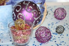 Purple is always a very dramatic colour, it creates an effect by itself. Here we combined it with coloured gravel in a vase and purple metal balls..