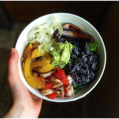 Ce bol mexicain = le souper de semaine parfait! Cette recette de @afoodiesobsession est notre inspiration #fraichementpresse du jour! #healthy #mtlblogger #foodblogger #qcblogger #vegan