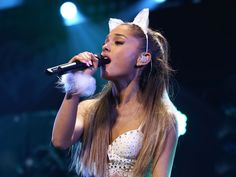 """Wie geht es Ariana Grande? Der Teenie-Star musste einen geplanten Auftritt in Vietnam kurzfristig absagen. Der Grund: gesundheitliche Probleme. Sorge um Sängerin und Teenie-Idol Ariana Grande (24, """"Dangerous Women""""). Auf ihrer Welttournee musste sie nun wegen gesundheitlichen..."""