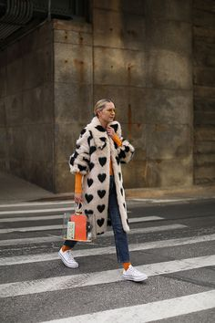 I love NYC // Blair Eadie wearing a faux fur coat by Shrimps with pops of orange // Click through to Atlantic-Pacific for more fun winter style Street Style Outfits, Looks Street Style, Mode Outfits, Fashion Outfits, Womens Fashion, Street Style Vintage, Coat Outfit, Coat Dress, Fashion Week