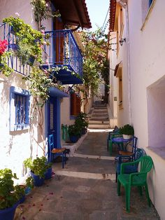 One of the peaceful alleys of Skiathos, Greece (by gilia80).