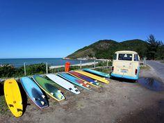 Com transporte estilizado, fornecemos duas horas de aula com instrutor bilíngue, mais duas horas de Surf nas praias da Prainha ou de Grumari (depende das condições do mar) com todo o equipamento incluso: prancha, roupa de lycra ou borracha e strep. http://www.nattrip.com.br/site/pt/surf-and-hike-tour.html