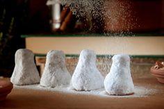 Υδραίικα αμυγδαλωτά: Αμυγδαλωτό σε σχήμα αχλάδι με επικάλυψη άχνη ζάχαρη ή σοκολάτα bitter. Χαρμάνι πούδρας μαύρου και λευκού αμυγδάλου με άρωμα λικέρ Μαρασκίνο.