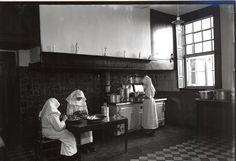Keuken  van Mariëndaal.  Klooster  slotzusters  Augustinessen en Frans meisjespensionaat.  Sint-Oedenrode, 9 februari 1951.    Naam Fotograaf: Het  Zuiden.  Fotonummer: SOE1582