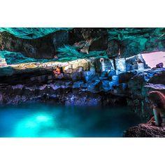 El Tancón. Tenerife El Tancón es un espectacular charco escondido dentro de una cueva, uno de los secretos de la costa de Puerto Santiago. Para poder darse un baño en sus aguas hay que esperar a que el estado del mar sea muy bueno, ya que en otras condiciones puede llegar a ser peligroso.