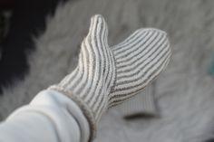 Kantapäitä ja karvapalloja: Pystyraitalapaset intialaisella peukalolla Shawl Patterns, Knitting Patterns, Knitting Ideas, Loom Knitting, Free Knitting, Knit Mittens, Knit Crochet, Adidas Sneakers, Handmade