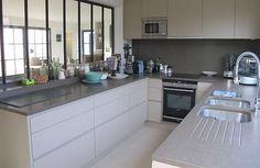 Cuisine semi-ouverte avec verrière intérieure http://www.homelisty.com/verriere-interieure/