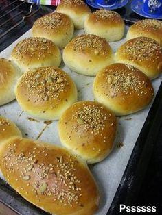 """A petición popular comparto con todos vosotros mi receta de """"Pan de Hamburguesa"""", esta causando sensación, porque es ideal para los niños y una vez que lo prueban ja no quieren otro pan. Es muy fácil de realizar y se hace en un periquete. Ideal para una tarde de sábado en familia, toda la familia …"""