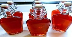 Homemade cranberry liqueur - start at least 3 weeks before Christmas. Homeade Gifts, Chocolate Fudge Frosting, Alcoholic Drinks, Beverages, Elegant Table Settings, Champagne Brunch, Confectionery, Hot Sauce Bottles, Kochen