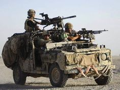 army S. - Special Air Service-Three members of the SAS on a Special Land Rover used for long-range actions Army Vehicles, Armored Vehicles, Rescue Vehicles, Land Rover Defender, Military Art, Military History, Beret Rouge, Special Air Service, Rangers