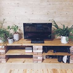 We make with brick and wood (DIY idea feature of style .- We make with brick and wood (DIY idea feature of the stylish TV stand) - Diy Furniture Projects, Home Projects, Homemade Tv Stand, Brick Shelves, Cinder Block Furniture, Diy Tv Stand, Diy Home Improvement, Apartment Living, Living Room Decor