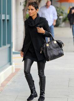 Halle Berry ganz in Schwarz mit Goldelementen.