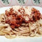 Vegane Kürbis-Bolognese mit Vollkorn-Spaghetti und Cashew-Parmesan