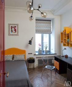 В детской комнате кровать Ennerev, а также стол Dielle. Желтая полка на стене выполнена на заказ в мастерской «Бис Арт». На стене репродукция Энди Уорхола.