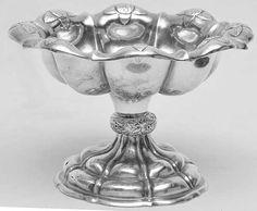 120100063 - Pequena fruteira circular com pé alto em prata européia repuxada e cinzelada com gomos.
