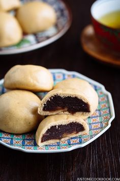 Encased in a soft wheat dough, filled with sweet red bean paste, and steamed to perfection, Manju is a classic Japanese confectionery (wagashi). Easy Japanese Recipes, Japanese Snacks, Japanese Sweets, Japanese Food, Chinese Recipes, Mexican Recipes, Steamed Pork Buns, Steamed Cake, Manju Recipe