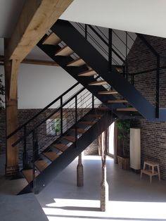 hangende trap zwart staal met eiken treden