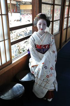 Maiko (became geiko; now retired) Konomi of Gion Kobu Geisha Japan, Traditional Japanese Kimono, Kimono Japan, White Kimono, Japanese Beauty, Asian Beauty, Tea Ceremony, Kimono Fashion, Women's Fashion