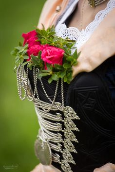 Das festliche traditionelle steife Mieder kann in bunt oder ganz klassisch in schwarz. Jedes Mieder ist ein besonderes Unikat.