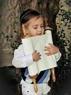 How adorable. G-d bless Israel! Cultura Judaica, Arte Judaica, Robert Doisneau, Kind Photo, Simchat Torah, Visit Israel, Jewish Art, We Are The World, Holy Land