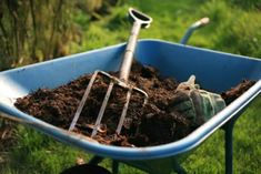 Compost provides your garden with rich, organic material to help it grow. Don't have your own compost pile? Read this short guide to buying bagged compost. Organic Fertilizer, Organic Gardening, Gardening Tips, Organic Mulch, Urban Gardening, Vegetable Gardening, Hydroponic Farming, Permaculture, Diy Hydroponics