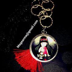 Gorjus roja pensativa. Collar cadena con camafeo gorjus y pompón rojo